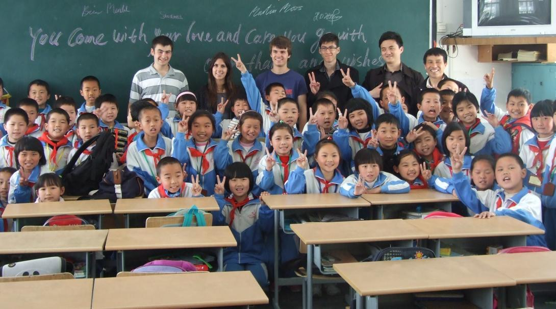 A group photo of the students and Projects Abroad volunteers teaching English in China